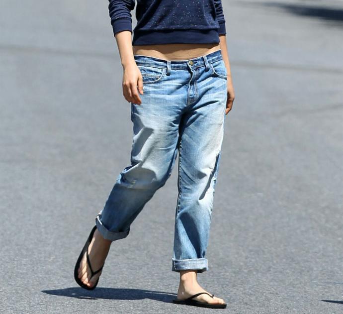 Шлёпки и джинсы-бойфренды