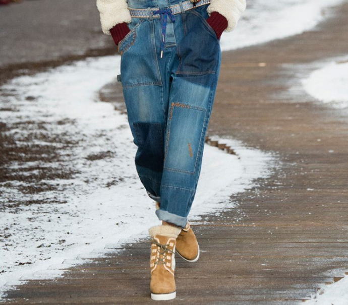 Джинсы-бойфренды с зимними ботинками