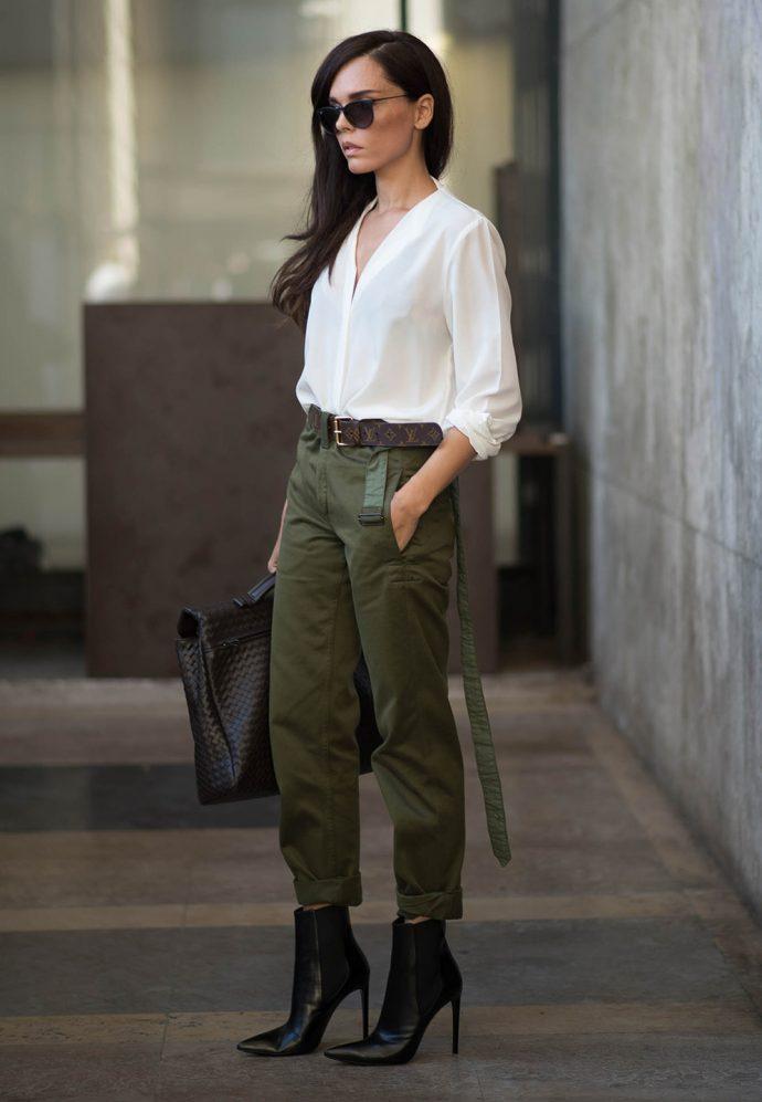 Девушка в штанах цвета хаки и белой блузке