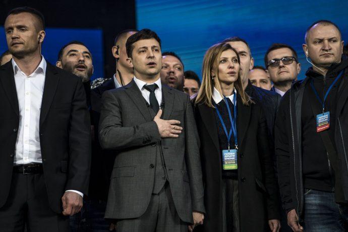 Елена и Владимир Зеленские во время исполнения гимна Украины