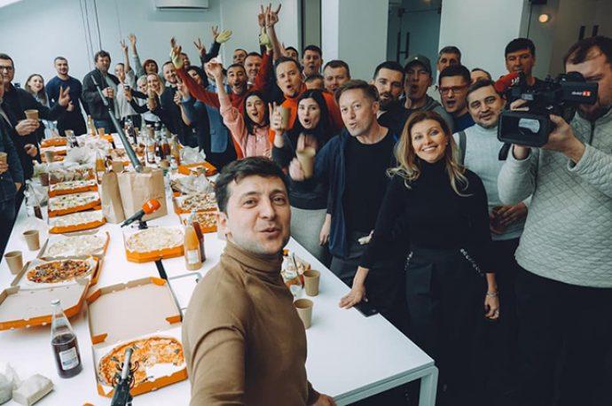 Владимир и Елена Зеленские в компании друзей