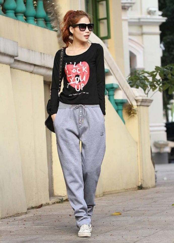 Девушка в спортивных штанах и футболке