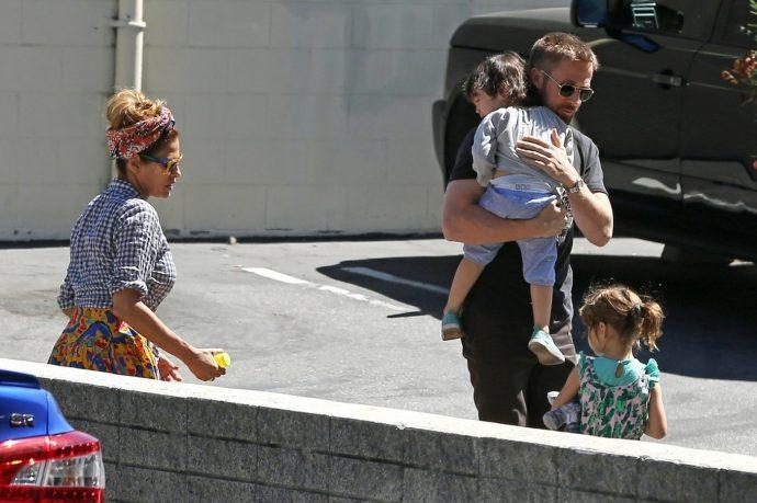 Ева Мендес и Райан Гослинг с детьми