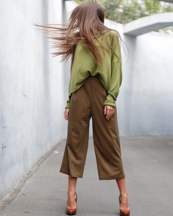Образ с брюками кюлотами болотно-зелёного цвета