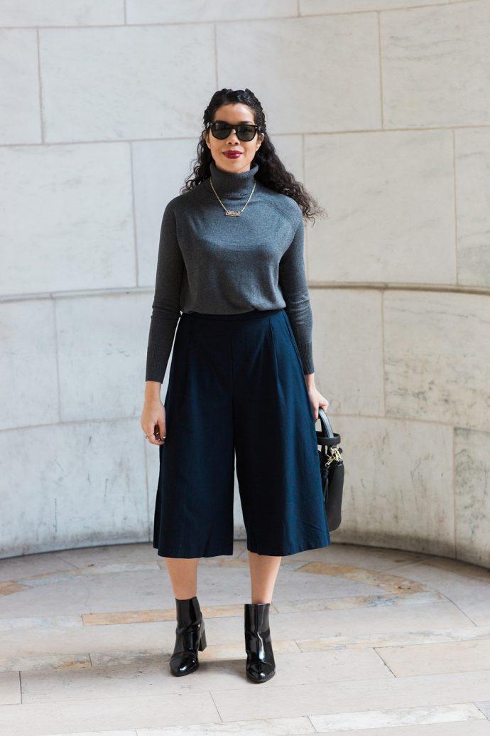 Образ с брюками кюлотами синего цвета