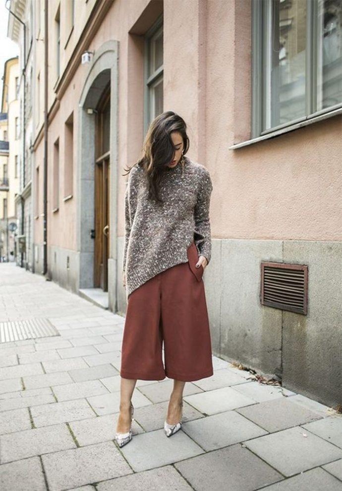 Образ с брюками кюлотами коричневого цвета