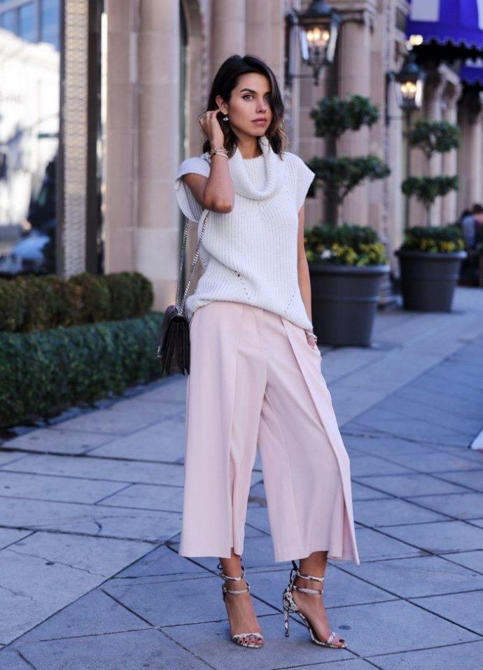 Образ с брюками кюлотами пудрового цвета