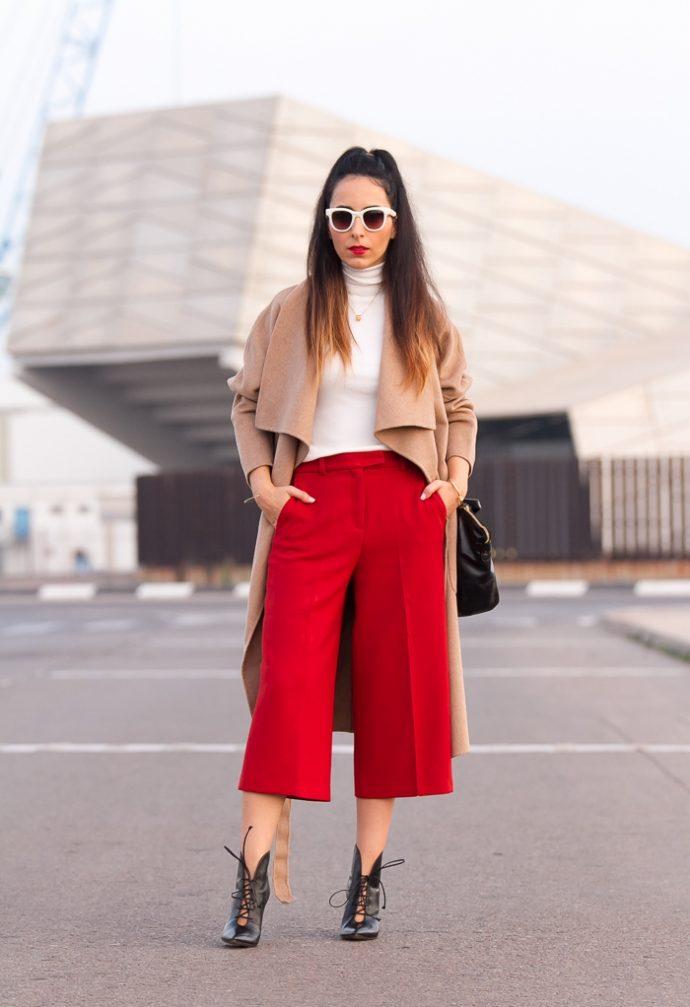 Образ с брюками кюлотами красного цвета