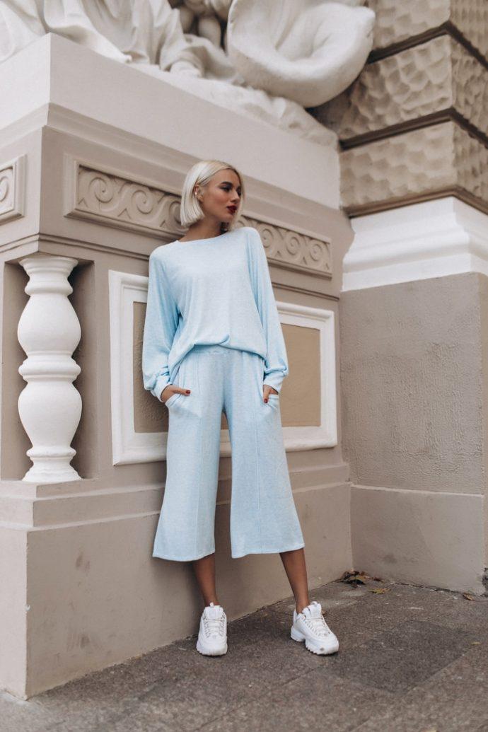 Образ с брюками кюлотами голубого цвета