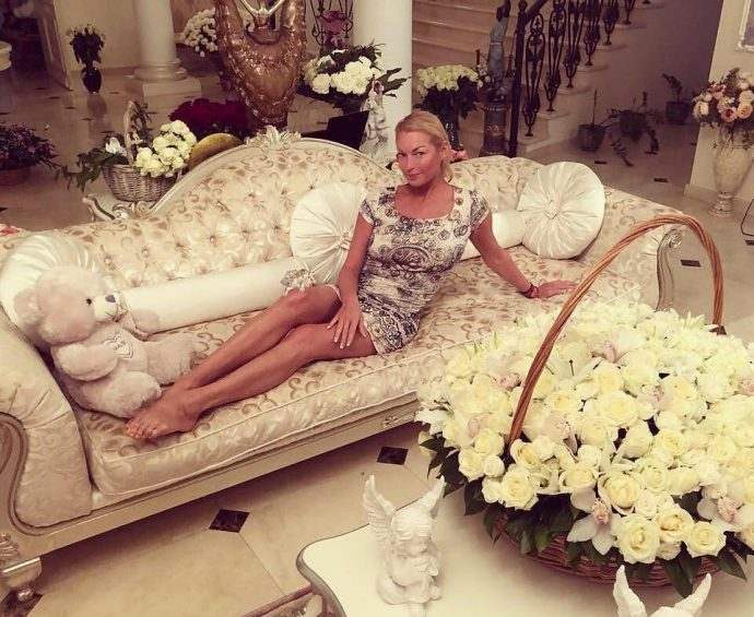 Волочкова на диване