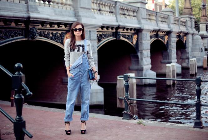 С чем носить джинсовый комбинезон: 20 вариантов