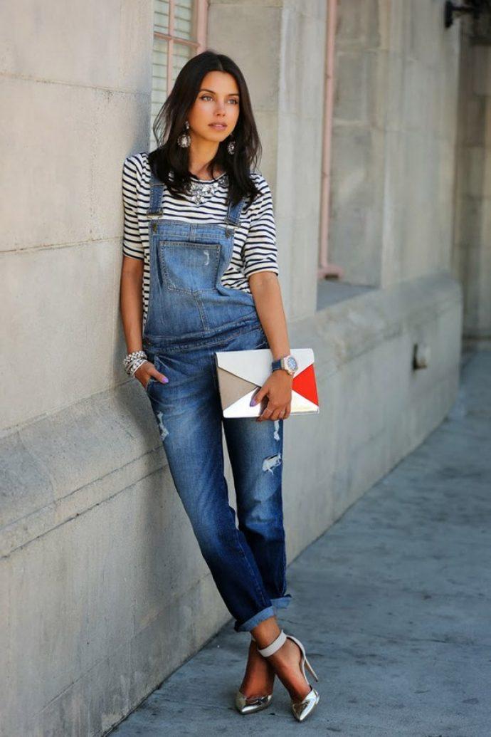 Девушка в джинсовом комбинезоне