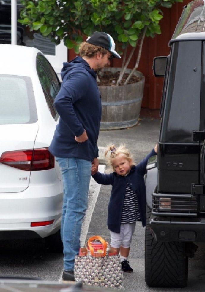 Брэдли Купер с маленькой дочкой