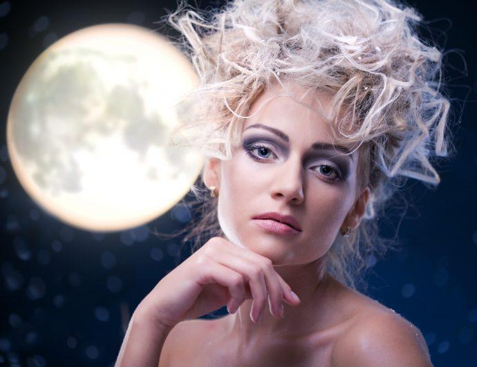 Девушка с экстравагантной причёской на фоне полной луны