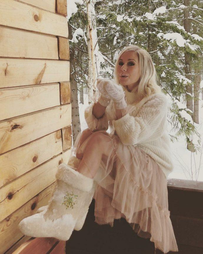 Елена Корикова в белых валенках и рукавицах