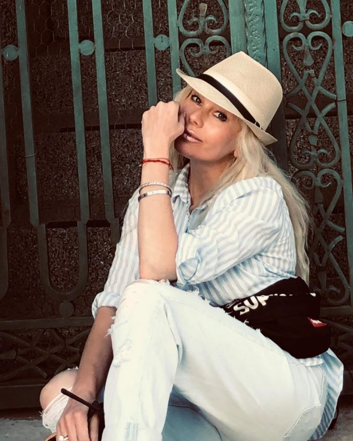 Елена Корикова в шляпе