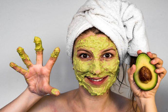 Девушка с маской из авокадо