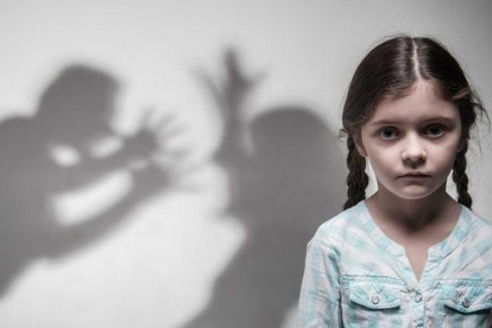 Девочка на фоне ругающихся родителей