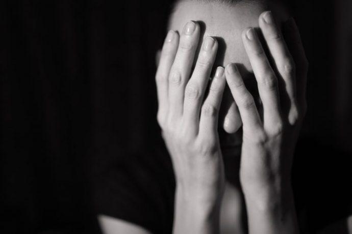 Женщина закрыла лицо обеими руками