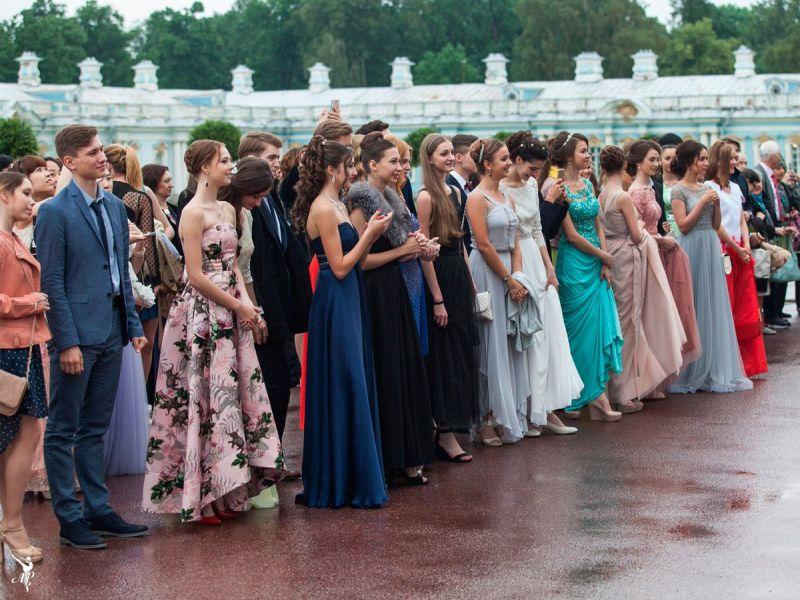 Прощай, школа: 15 красивых платьев для выпускного