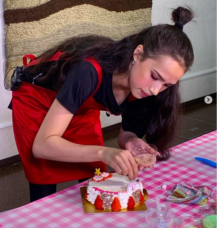 Алина Загитова готовит торт