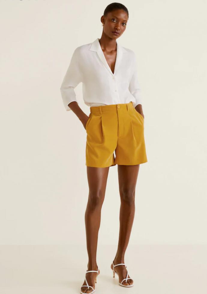 Жёлтые шорты и белая блузка