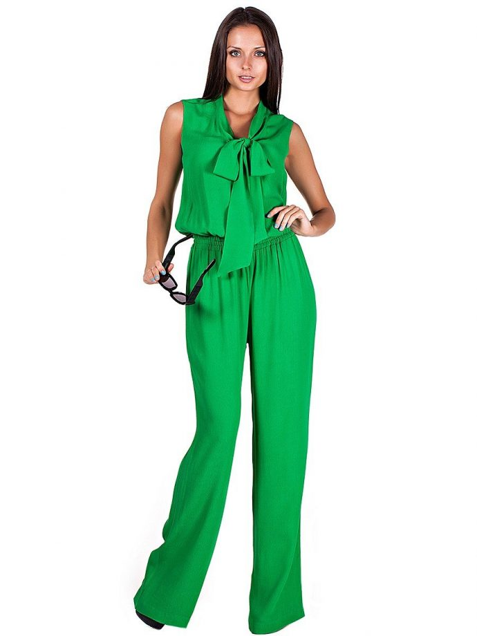 Зелёный брючный костюм