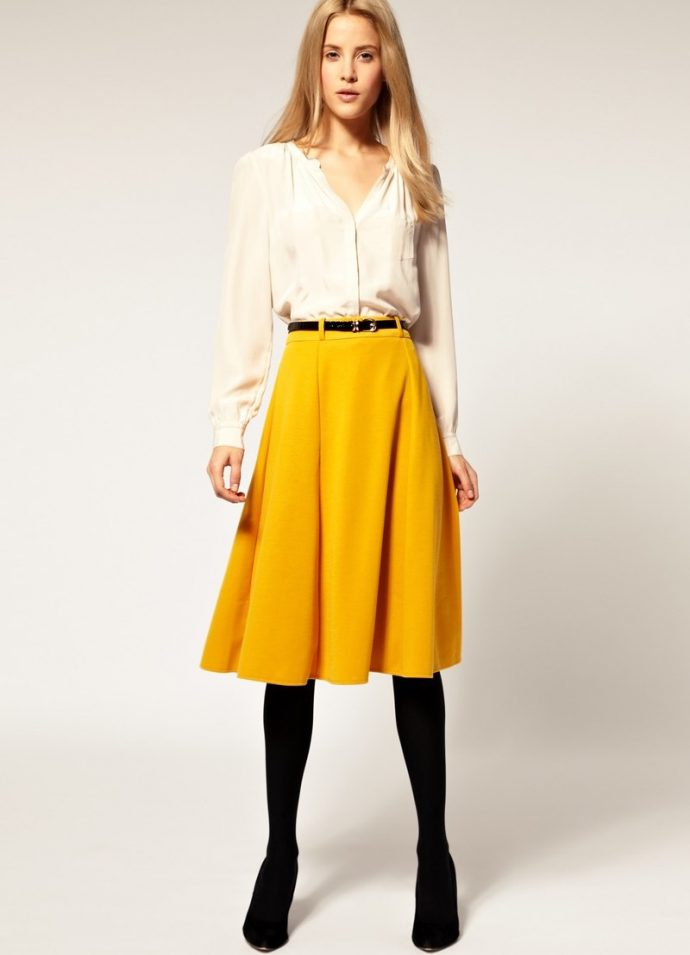 Образ с юбкой горчичного цвета