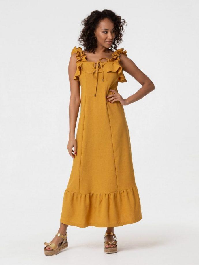 Девушка в платье горчичного цвета