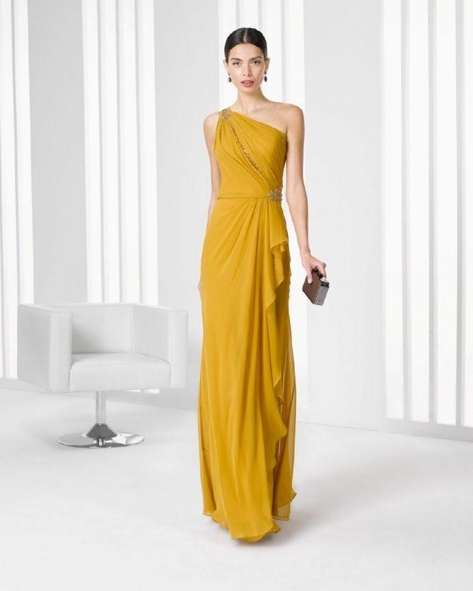 Девушка в вечернем платье горчичного цвета