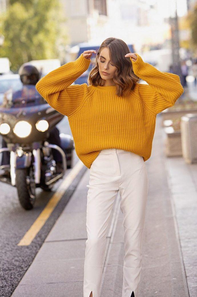 Девушка в свитере горчичного цвета