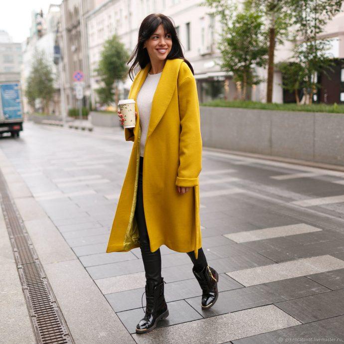 Девушка в пальто горчичного цвета