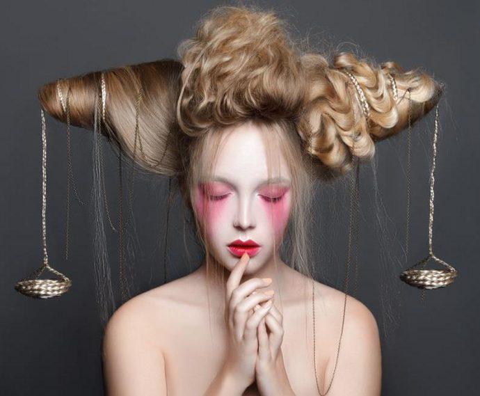 Девушка с причёской в виде весов