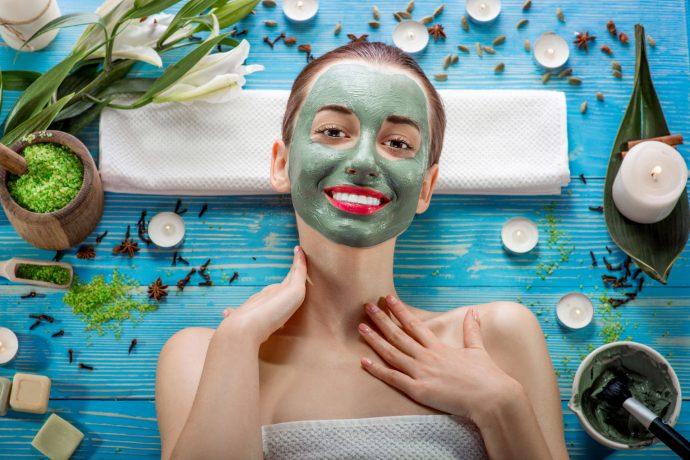 Девушка делает косметическую маску