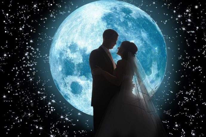 Жених и невеста на фоне луны
