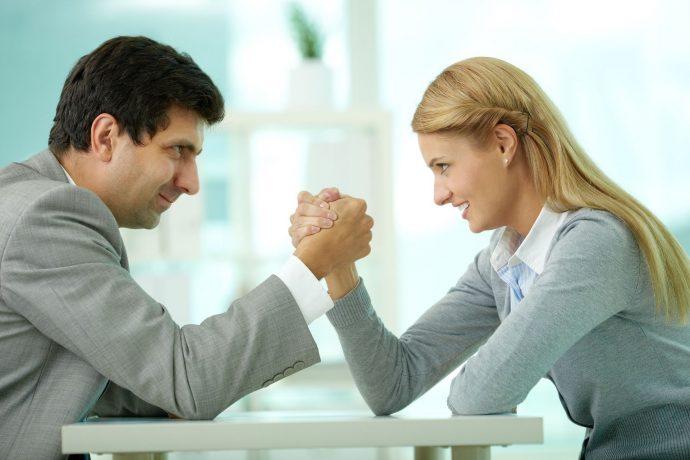 Девушка и мужчина соревнуются в армреслинге