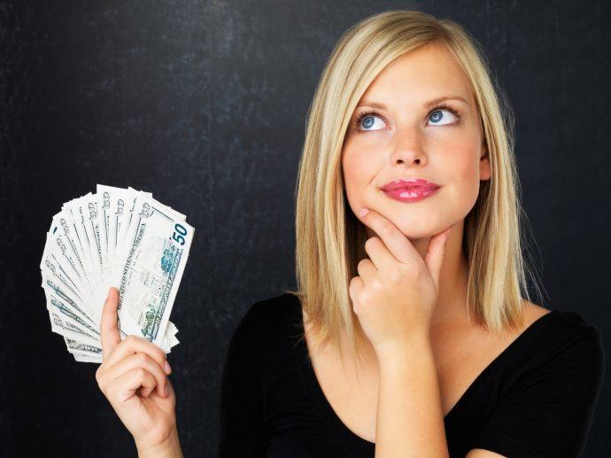 Девушка с пачкой денег в руках