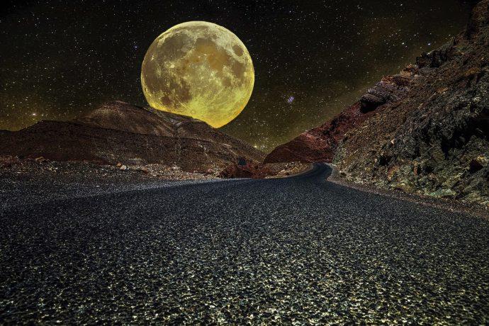 Дорога, холмы и огромная луна