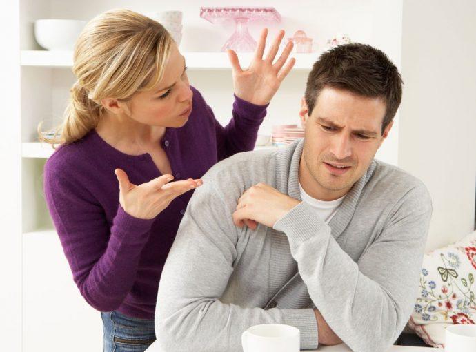 женщина и мужчина выясняют отношения