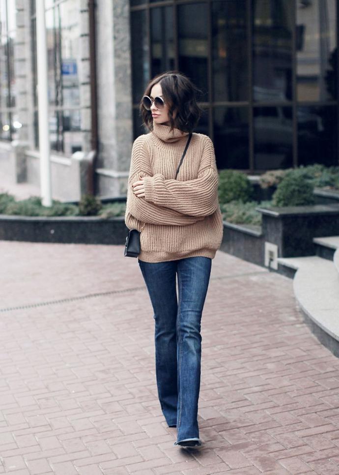 Джинсы клёш со свитером