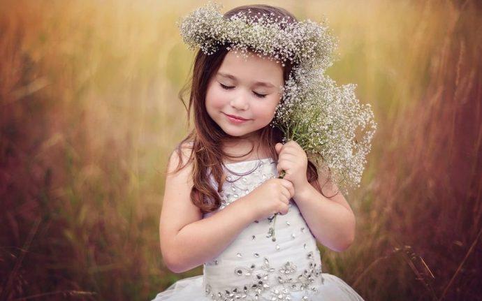 Маленькая девочка в белом платье