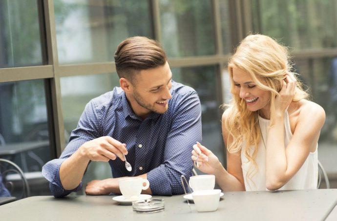 Юноша и девушка за столиком в кафе