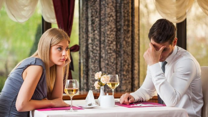 Парень с девушкой за столиком в кафе