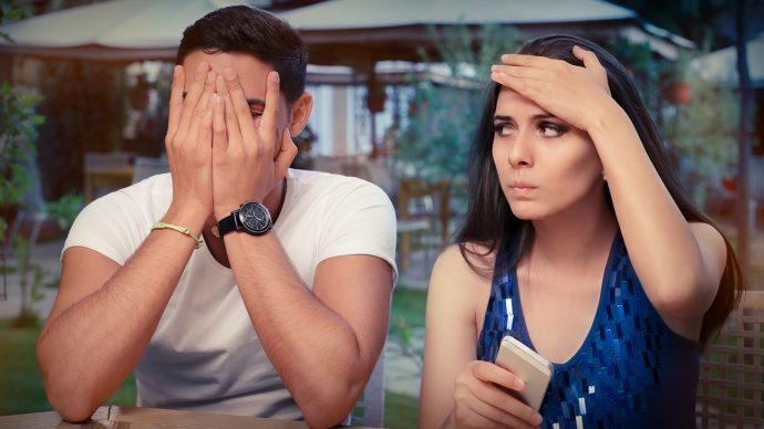 Парень закрыл лицо руками, девушка держится рукой за лоб