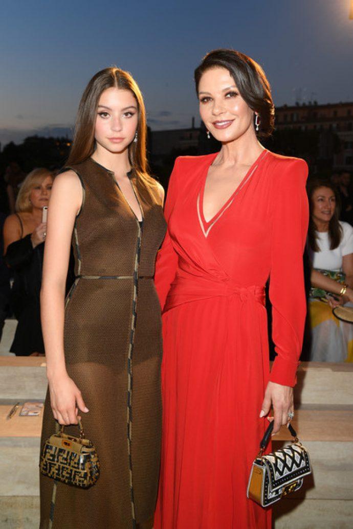 Зета-Джонс с дочерью