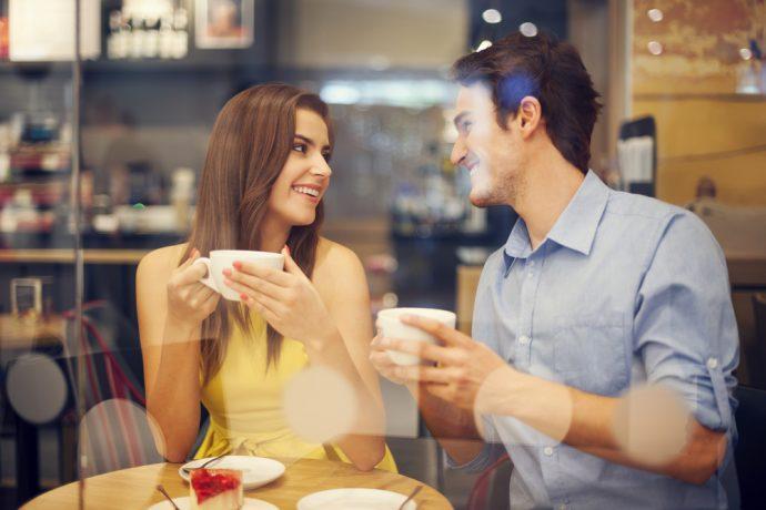 Юноша и девушка в кафе