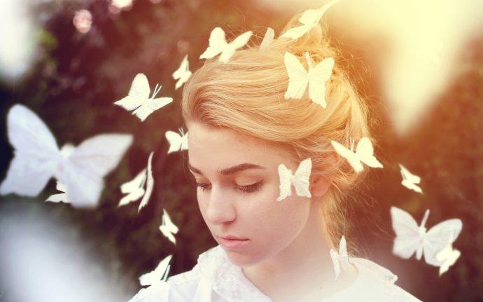 Девушка с венцом из порхающих бабочек