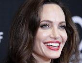 Папарацци засняли Джоли на прогулке с крестной мамой в Париже