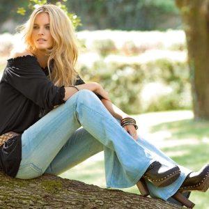 Девушка в джинсах клёш