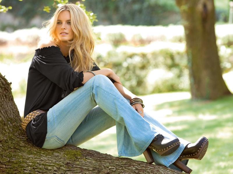 18 лучших образов с джинсами клёш: подборка фото для тебя